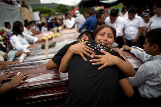 Parientes lloran la pérdida de sus familiares, víctimas de un terremoto de magnitud 7,8 durante un servicio fúnebre en Portoviejo, Ecuador, el lunes 18 de abril de 2016. (AP Foto/Rodrigo Abd)